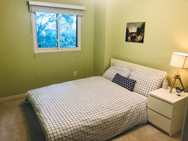 Bright & Cosy Bedroom minutes from Pearson Intl