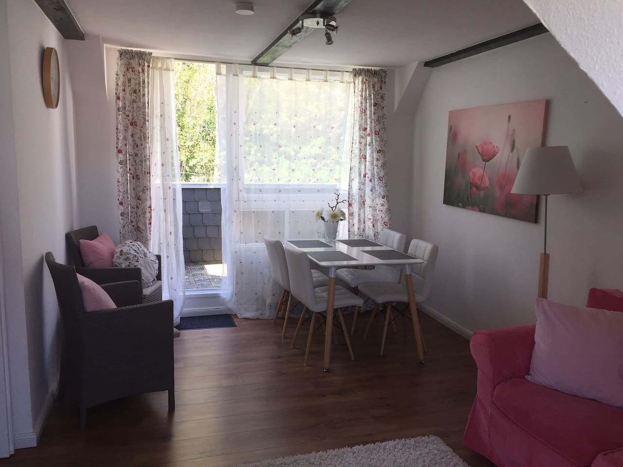 Essbereich mit Zugang zur Loggia,  zwei Sesseln und einem kleinen Tisch für den Balkon.