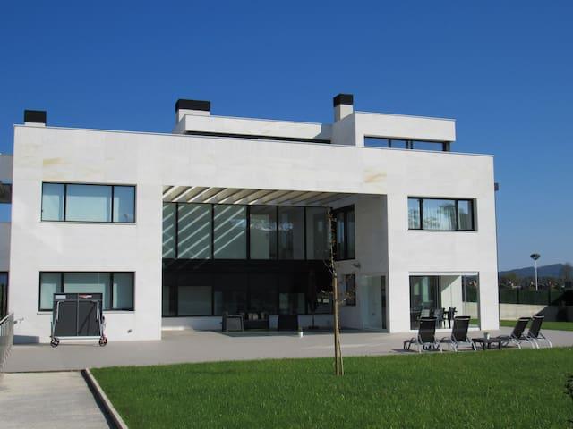 Villa con vistas y piscina interior climatizada - Donostia - 別荘
