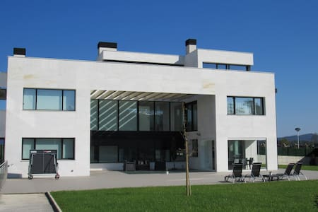 Villa con vistas y piscina interior climatizada - Donostia