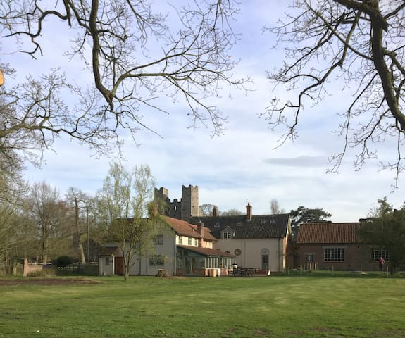 Beautiful Mettingham Castle Lodge  in Parkland - Bungay - Talo
