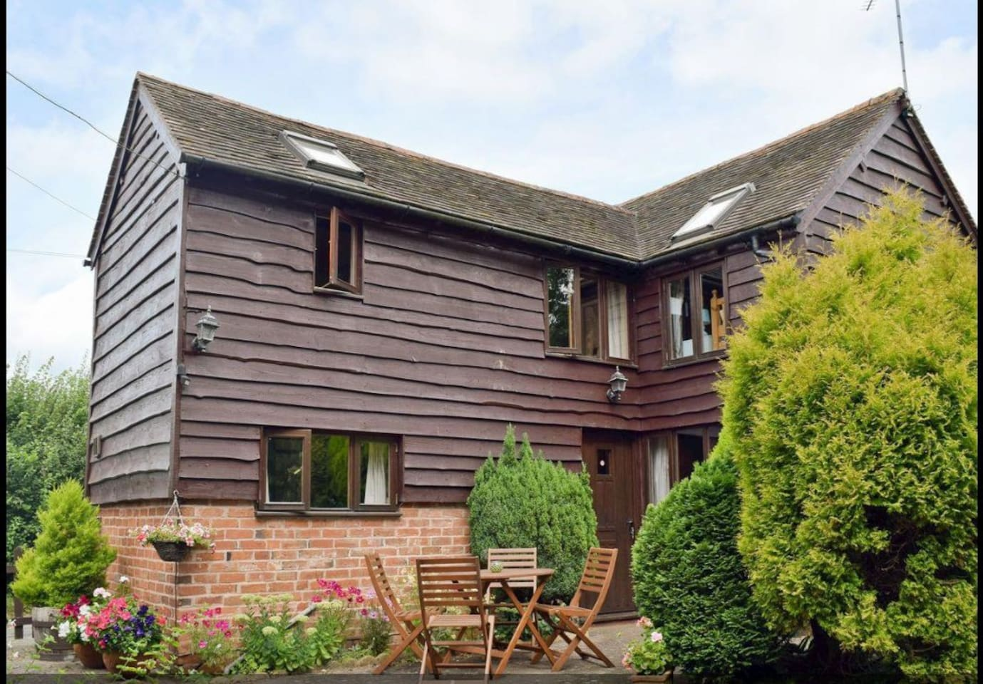 The Barn is a detached property situated in a rural country setting with access to many footpaths, surrounded by farmland. 2.5 miles from Ragley Hall. Convenient for exploring Stratford, Cotswolds, Cheltenham, Warwick and NEC.
