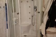 Stor dusj på badet.