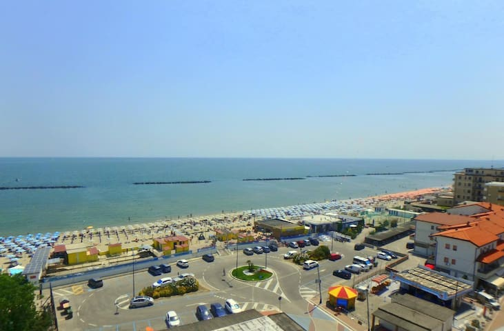 Lunch with a breathtaking view! Beachfront apartment in the center of Lido di Pomposa