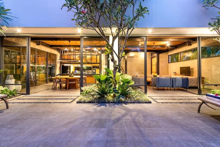 LUX Private Lush Villa 4bd/ba avail  April