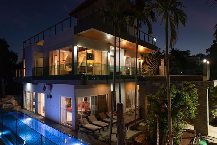 8 Bedrooms, 3 pools, zip-line, ocean view Resort
