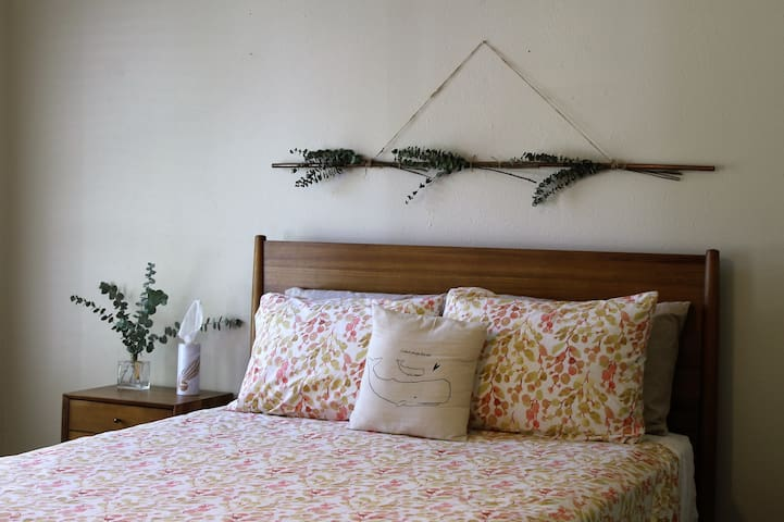 Peaceful Private bedroom with a Friendly hostess