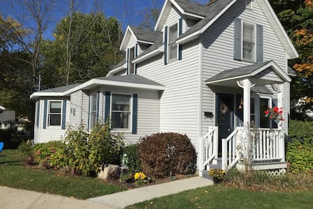 Close to Kids Corner, Beach, Trails - South Haven - House