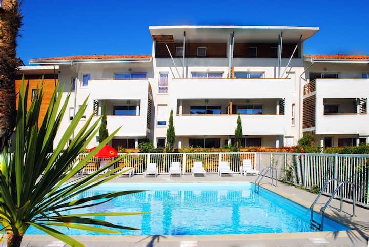 Appartement Confortable avec Patio, Près de la Plage | Sauna GRATUITE + Accès Piscine