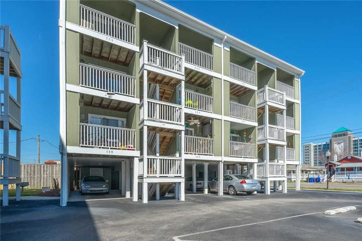 Driftwood Villa 101 - ACCEPTING MONTHLY RENTALS UNTIL MAY! 1st Floor Condo with 1 Bedroom, 1 bath. Centrally Located, Only 1 block from the beach.