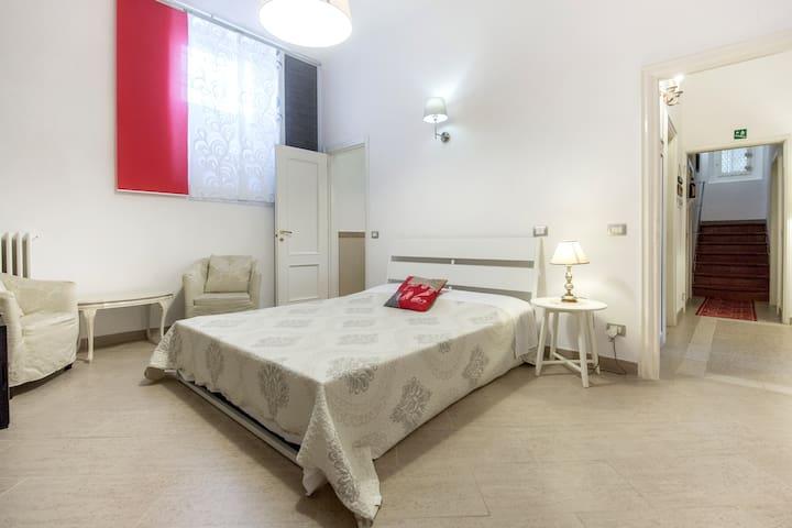 Camera doppia con bagno privato e colazione