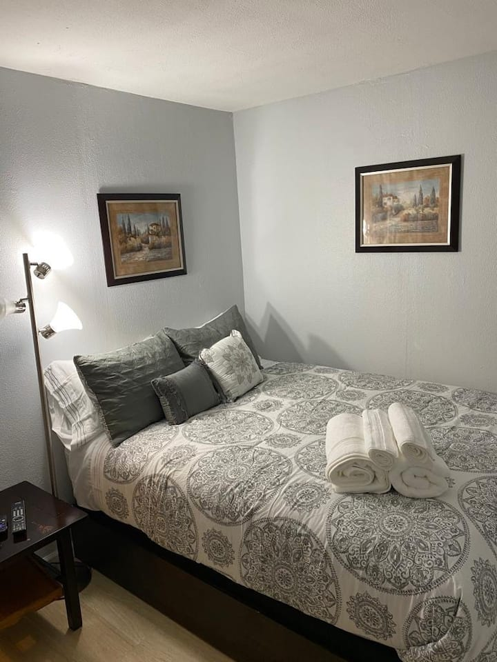 Beautiful Spotless Room !! 8 min from the beach.