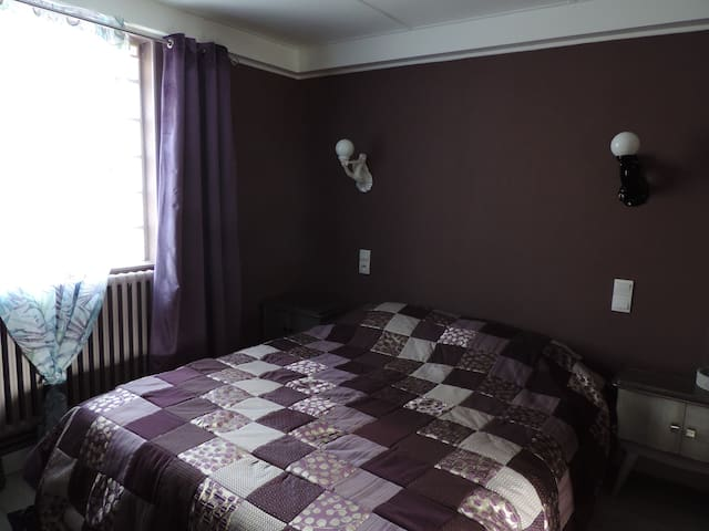 La chambre du bas, lit 160x200, couette 240x260