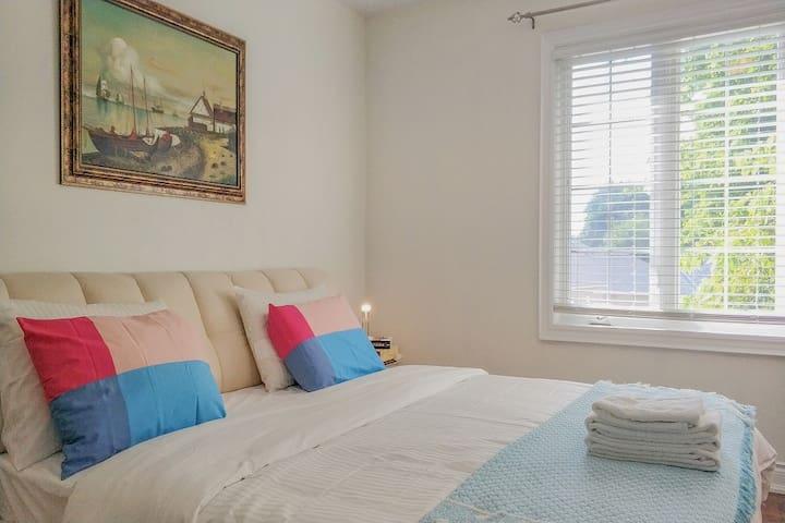 Spacious Bright Bdrm W/King Bed/PrivateBath/Closet