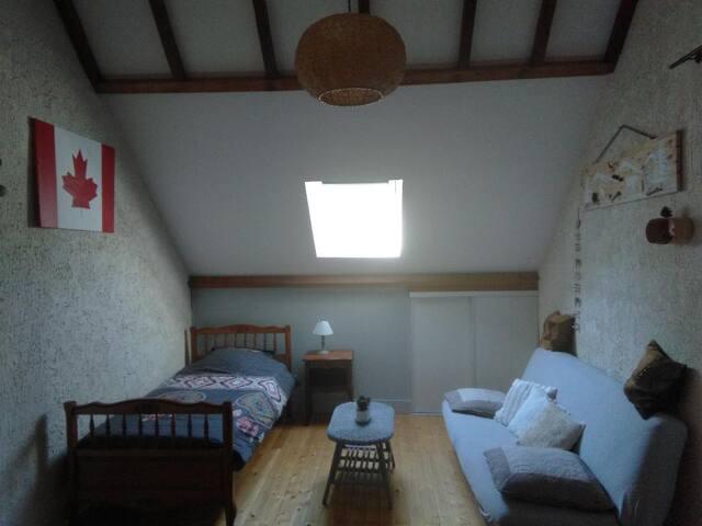 chambre 2  avec un lit 90 x 190 et clic clac