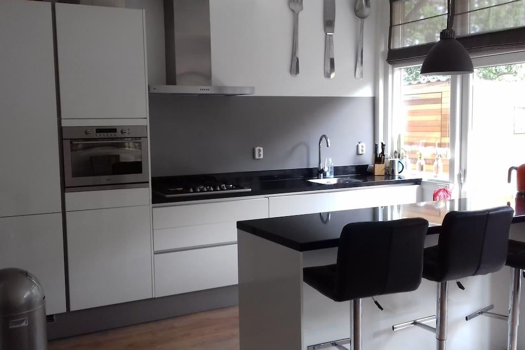 Keuken is voorzien van servies, combimagnetron, koelkast met vriezer, vaatwasser, koffiezetapparaat en waterkoker