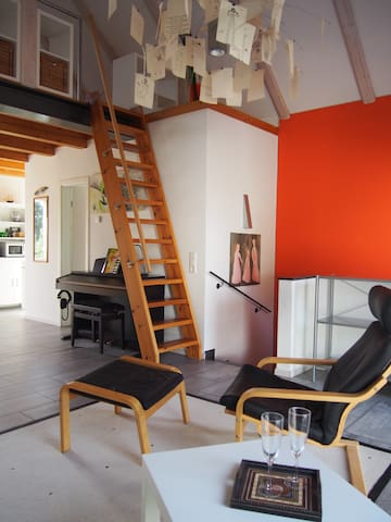 Treppe zur Galerieebene auf der das Doppelbett steht.