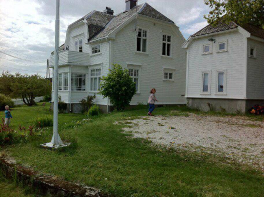 Hus og anneks med stor have