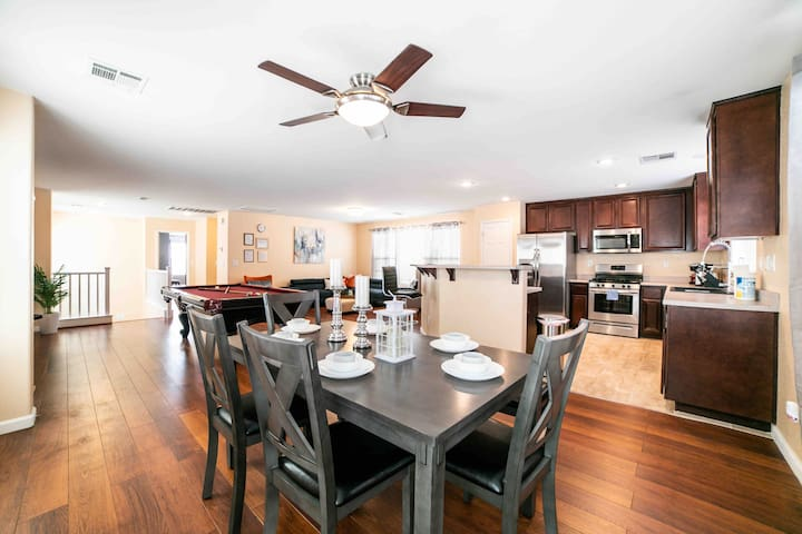Comfy 4BR stay up to 12 ppl near Strip and Airport