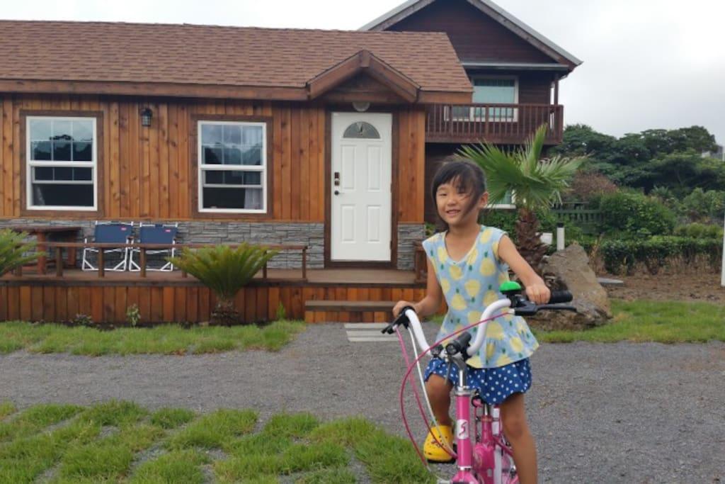 멍3닷컴 정원에서 자전거 타기