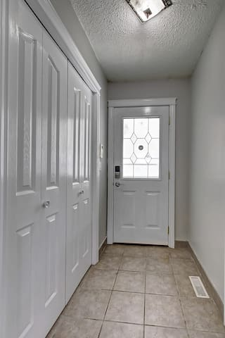 FRONT ENTRANCE DROOR AND FOYER