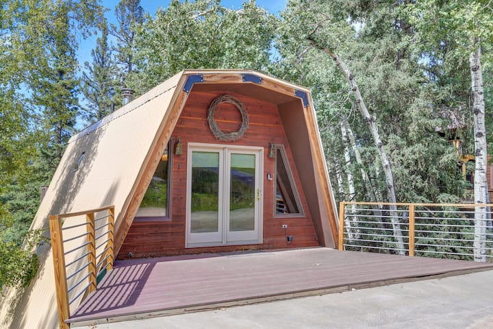Mountain Pine Retreat with private hot tub and wifi