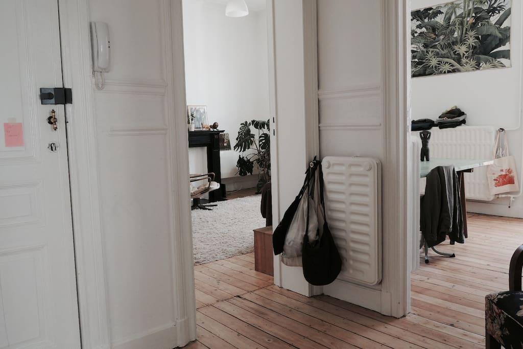 vue du hall d'entrée sur le salon