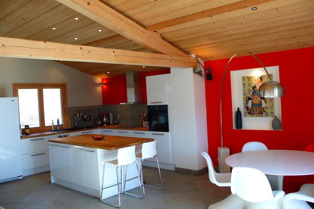 cuisine spacieuse, table et chaises design