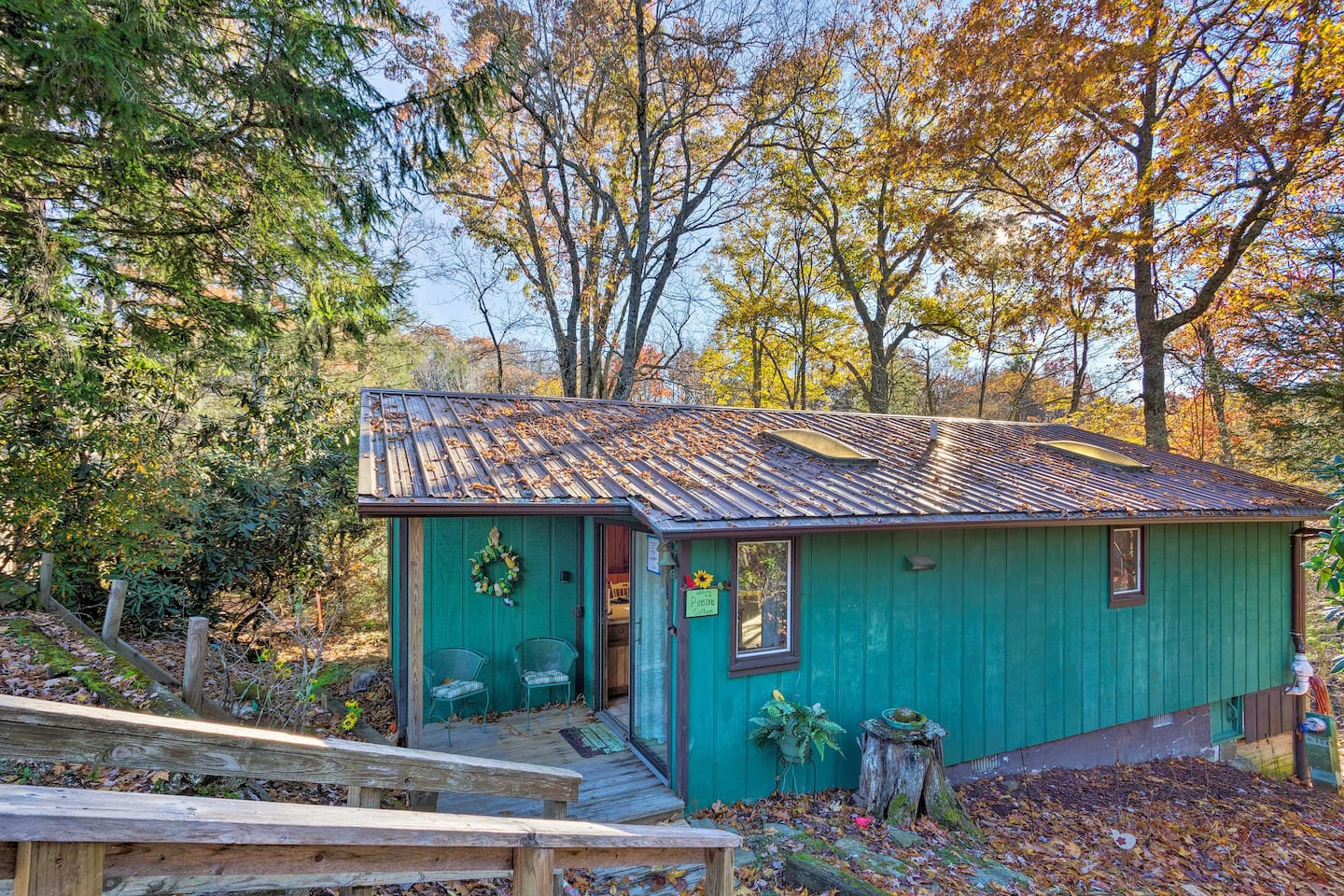 Make your way to Newland and stay at this vibrant wooded cottage!