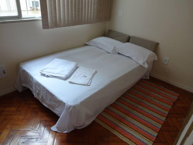 Quarto com sofá-cama-casal