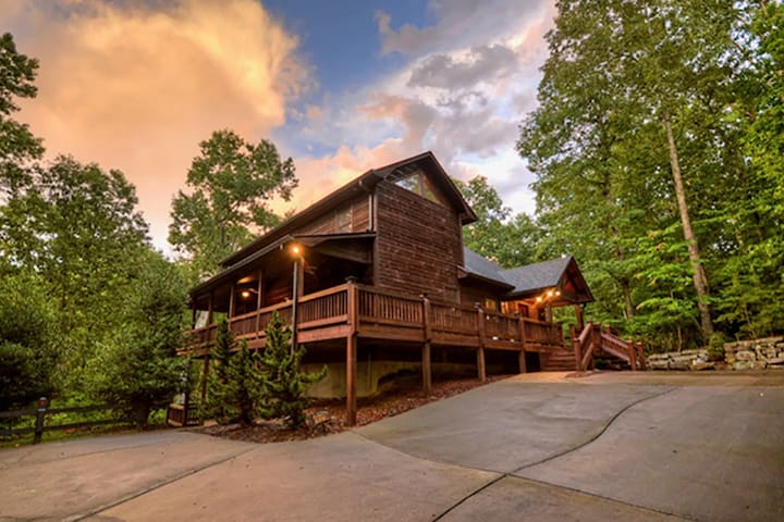 Gorgeous custom cabin with inviting hot tub