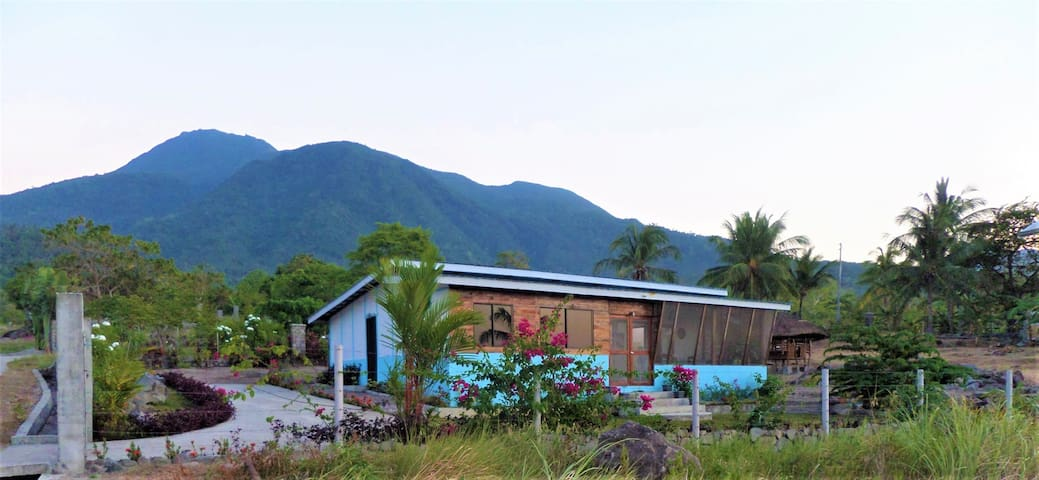 Dondee Holiday House. with Sea and Mountain views.