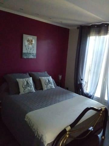 Deuxième chambres, lit double.
