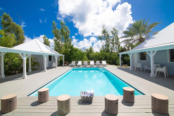 Exclusive Terres Basses Location,  Heated Pool, Near Beach, Shops, Restos, AC, Free Wifi