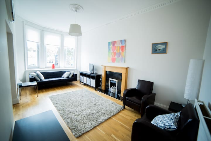 Bright apartment overlooking village life - Kilmacolm - Leilighet