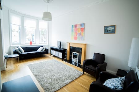 Bright apartment overlooking village life - Kilmacolm - Huoneisto