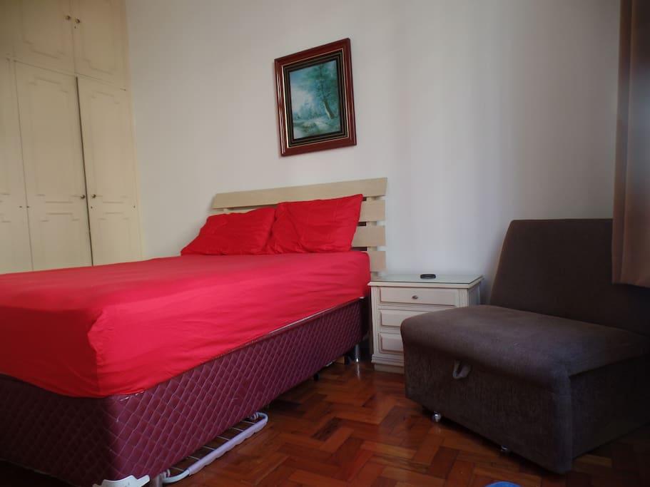 cama de casal e sofa-cama solteiro