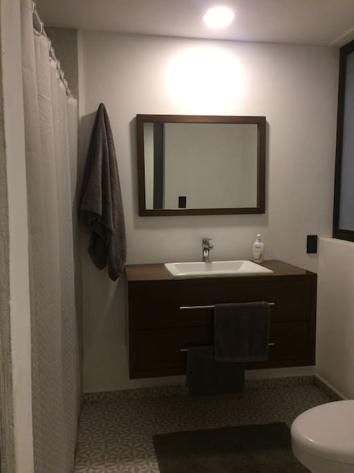 Baño pensado para maxima comodidad, regadera muy agradable para baños muy calientes.