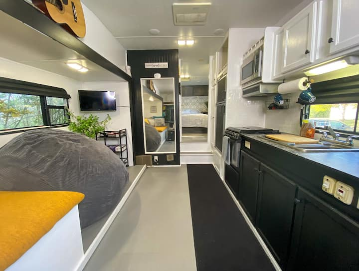 Cozy Clean RV in a peaceful area 10min from metro.