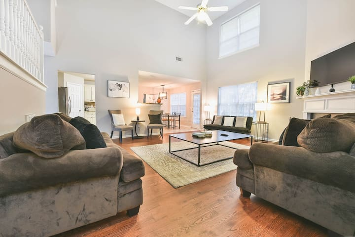 Modern & cozy home in Decatur with high ceilings, flat screen TV
