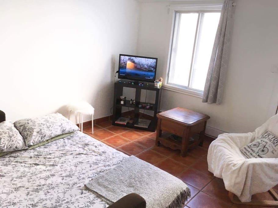 Le canapé lit double est très confortable avec un sur matelas en plus.