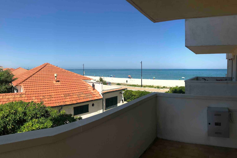 La spiaggia di sassi vista dal balcone