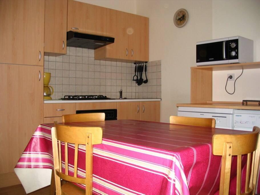 cuisine séjour, équipement complet, canapé fixe, téléviseur, lecteur DVD,