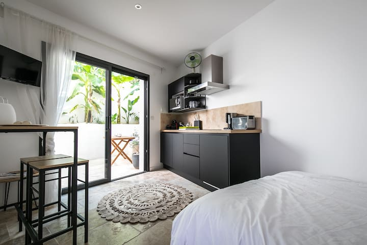 Modern, central studio with private courtyard