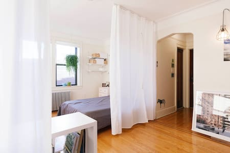 Large Sunny Space in a Shoeless Apartment - Ridgewood - Lakás