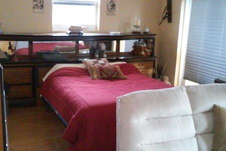 Luxurious upper room with Fridge,44 - Ház