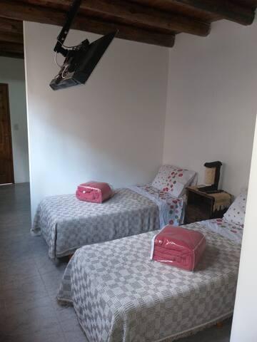 2 camas de 1 plaza o 1 de plaza a pedido del huésped.