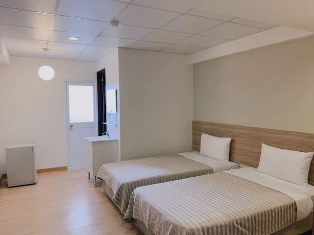 簡約雙床房15(獨立衛浴設備及電梯,緊鄰台中公園、一中商圈、台中火車站及日曜百貨)