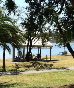 Lake Macquarie Getaway - Double room - Eleebana - บ้าน