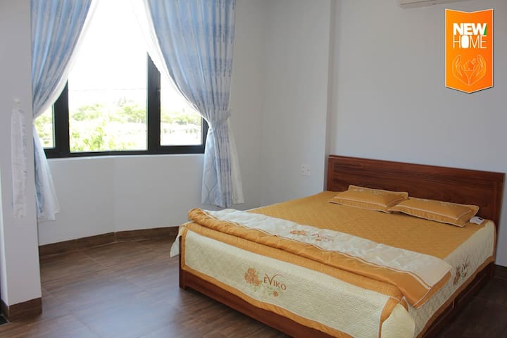 bedroom 3 with 1 kingsize bed (1m8 x 2m)